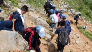 Hãy để con bạn leo núi